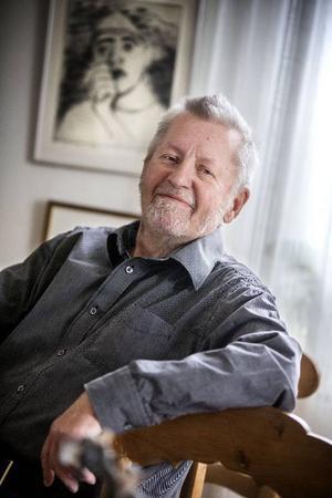 82-årige författaren Lars Lindroth skriver om jakt, fiske och äventyr i norrländska skogarna.