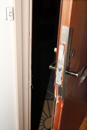 I torsdags genomfördes den felaktiga husrannsakan som orsakade brytskador på dörren.