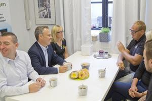 Vill ha rut kvar. Riksdagsledamoten Roger Haddad och utbildningsminister Jan Björklund hälsade på hos Västeråsföretaget Putsarkungen för att prata rutavdrag med Mona Ikonen,  företagsägarna Ivan Bengtsson och Marianne Pettersson samt Johan Blomberg.