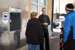 Emil Jonasson från Swedbank i Sveg förklarar att bankomaten är trasig. Foto: Carin Selldén