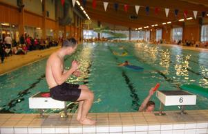 Bengt Leandersson vann tävlingen i simhallen överlägset och applåderar tvåan, Emil Norell som just går i mål.