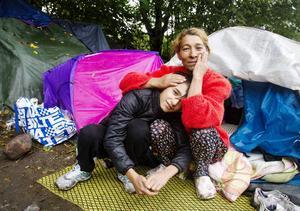 Lauka Georgieva och Michael är två av de som bor i bärplockarlägret. Lauka är bestört över hur kallt och blött det är i hennes tält.