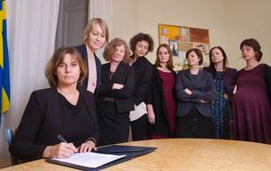 Vice statsminister Isabella Lövins bild på när hon skriver under Sveriges nya klimatlag omgiven av kvinnor blev en världsnyhet – och kängan till en viss president på andra sidan atlanten var det nog få som missade.