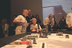 Juhani Ahokas Löfgren och Eddic strandlund rattar roboten för sitt lag Resele Hoppetossor.