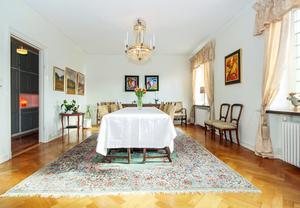 Lägenheten på Nybrogatan 21 är stor och pampig.