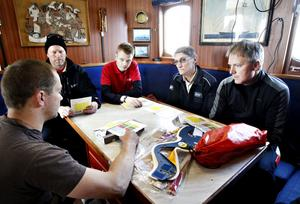 Får instruktioner. Sjöräddare från RS Gävle utbildar sig i att söka, flytta och bärga människor i nöd. Martin Wikström instruerar Gävlebesättningen. Från höger Niklas Nilsson, Anders Lundbäck, Kenneth Bergström och Ola Persson.