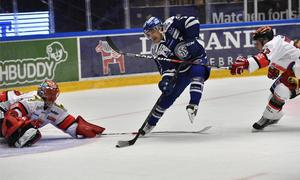Johan Olofsson missar frtt lägeo och Julius Hudacek kan styra undan