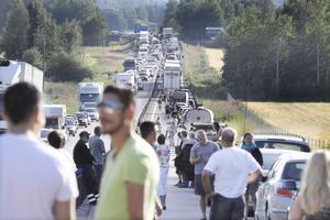 Olyckor på E18 resulterar förutom personskador och fordonsskador även i stillastående trafik och stökiga omläggningar via Munktorp och Köpings centrum, vilket man ofta framfört i  debatten som lett fram till motorvägsbygget. (Arkivfoto: Lennye Osbeck)