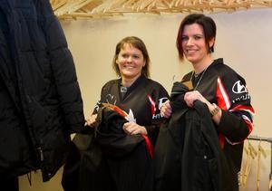 Björbo IF, här representerad av Elin Modig och Maria Holman, sköter revygarderoben.