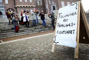 Det existerar ingen motsättning mellan svensk folkmusik och folkmusik från andra länder, menar musikerna som manifesterade på rådhustrappan igår. Sverigedemokraternas förslag om en halv miljard till