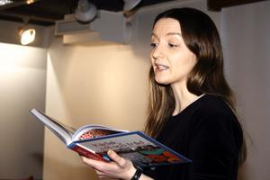 Anna Braw läser ur sin bok Kärlek, nål och tråd som handlar om syföreningar.