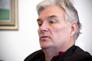 ...enligt egen uppgift på order av dåvarande landstingsdirektör Anders L Johansson.