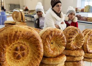 Traditionellt uzbekiskt bröd på marknaden.