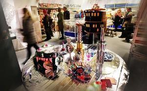 Under invigningen passade Re Doo på att visa upp små konstverk som småttingar fått göra av materialen som finns i lokalen. Foto: Staffan Björklund