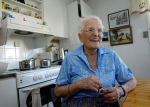 Ingrid Sjödin bor på servicehuset på Alnö sedan ett och ett halvt år tillbaka. Hon och hennes make trivs toppenbra. - Personalen är så behändig, säger hon.