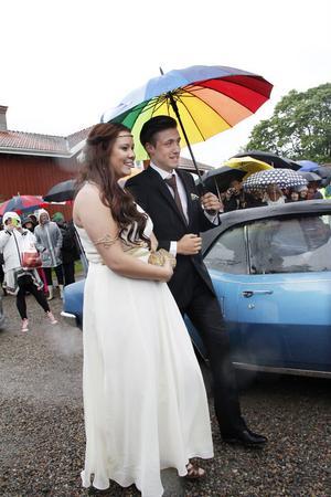 Mathilda Bengtsson och Andreas Cundell under kvällens snyggaste paraply.