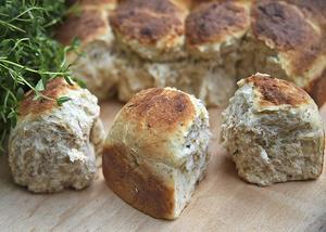 Brytbröd, gärna smaksatt med färsk timjan eller andra örter, är gott till soppa eller varm buljong antingen man äter ute eller hemma i köket.