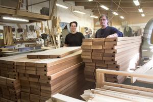 """Nytt. Iréne Molander och Kerry Eng på Engs snickeri har tillverkat nya träbänkar till """"Banantorget"""" när det nu är dags att byta ut de gamla."""