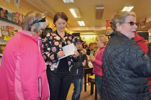 Fullt upp med signering för Eva Ludvigsen.