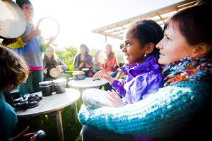 Mia Harlin med dottern Naira Harlin, 8 år, hade åkt från Delsbo för att delta i stödgalan.