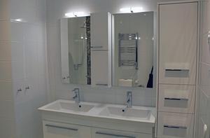 Badrum med dubbla handfat finns i de största lägenheterna.