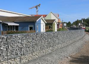 Muren ska dämpa trafikbullret för de boende som har sina uteplatser mot Väderleksgatan. På murens framsida ska det bland annat bli en nästan två meter bred gräsremsa.