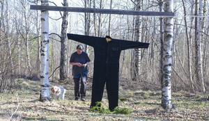 Clumberspanieln Alice är ointresserad av den svarta overallen som dyker upp i skogen.