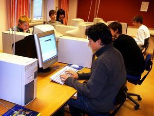 Bland unga killar blir sömnproblem allt vanligare. Sena nätter framför datorerna stör den naturliga dygnsrytmen.