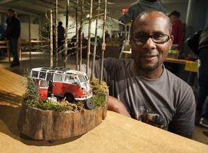 Charles King med sin prisbelönta modell av en folkvagnsbuss som har dumpats i skogen.