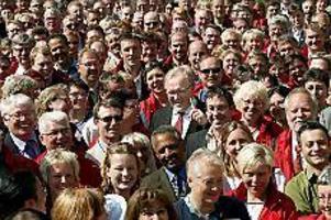 Foto: Sven-Erik Sjöberg/PRESSENS BILD I röda politikers sällskap. Intill den fingerpekande statsministern står Ingrid Liljegrääs och den solglasögonprydde Stefan Hedin. Flera andra s-politiker från länet skymtar också fram bakom Göran Persson.