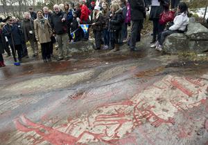 Kronprinsessan Victoria med flera beundrar hällristningarna i Bohuslän. De är verk från bronsåldern, alltså då indoeuropéerna hade nått Sverige i den tredje stora invandrarvågen som befolkade vårt land.
