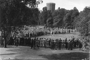 Nationaldagsfirande på Djäkneberget, men vilket år kan det vara. Någon gång på 40-talet?