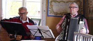 Erling Selling & Gösta Strömbom stod för musikunderhållningen i bakstugan.