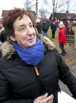 Astrid Svensson har levt och bott i Hudshagen i hela sitt liv och var följdriktigt också den som fick äran att inviga skulpturen.