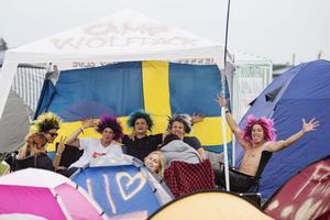 Vädret var inte strålande, men det var humöret när årets Bråvallafestival öppnade.