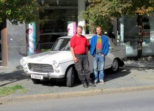 Det var här vid Färjemansgatan som bilen köptes 1964. Då hette affären Jämtlands motor. I dag finns det en frisersalong på platsen. På bilden: Göran Persson med sonen Johan.