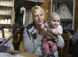Erika Spinnars och dotterna Lovisa.