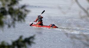 Brandmännen kämpade sig med båt genom isen.