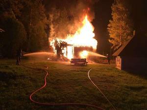 Brand i ett hus i Älvdalen den 26 augusti. En flicka räddade sig undan lågorna genom att kasta sig ut genom ett fönster.