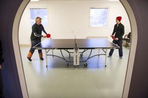 Pingismatch på nya bordet i fritidsgården mellan Max Eriksson och Erik Sjöberg.