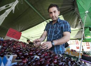 På sommaren är det mer åtgång på frukt än på grönsaker enligt frukthandlaren Fuat Oltac.