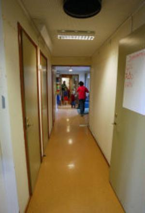 Det här golvet kommer också att behöva rivas upp och hela korridoren ska stängas.