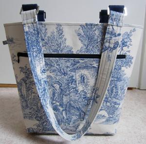 Min handbagageväska har en stor ficka på utsidan som stängs med blixtlås.