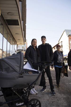 – Det borde vara fler ramper vid fler butiker, så man kan ta sig in med barnvagn, säger Mathias Undin.