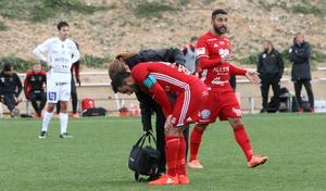 Brwa Nouri fick tittas till av Jenny Larsson  under lördagens match men  kunde fortsätta spela.