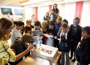 Självklart måste Martin Eriksson fotografera den häftiga tårtan som klass sex på Gullhedskolan skulle festa på i går förmiddag.