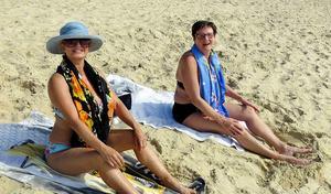 Katarina och Britt-Louise på stranden i Australien 2014. Då reste Britt-Louise dit för att fira systerns 50-årsdag.