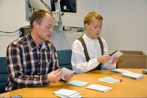 Anders Eriksson (FP) och informationsstrateg Nina Pöljö tar itu med de små kuverten.