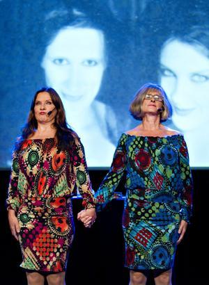 30 år tillsammans. Anna-Lena Brundin och Lill-Marit Bugge kom till Gävle med sina återuppväckta karaktärer.                                                         FOTO: LARS WIGERT