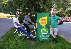 Miljöpartiet i Timrå tror på framtiden när man presenterar sitt nya valprogram. Från vänster: Staffan Rydholm, Melida Villaverde och Folke Nyström.